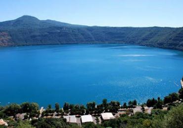 rifatta la strada che costeggia il lago di albano