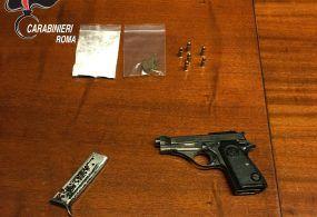 Pistola nell'armadio e droga nel locale lavanderia, i Carabinieri di Frascati arrestano 35enne