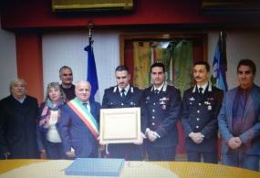 Il Sindaco di Lariano Maurizio Caliciotti consegna un encomio solenne al Brigadiere Salvatore Pomarico