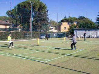 mini tennis dei bimbi a gioco per gli adulti