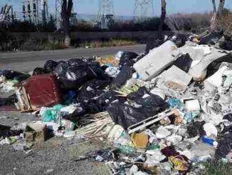 Discarica di rifiuti abusiva a Lariano, denunciato il proprietario per il reato di abbandono rifiuti