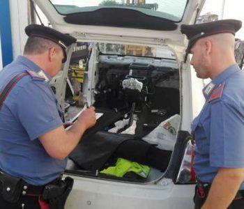Riciclavano auto e intagliavano telai di autovetture destinati al mercato nero. Arrestate 5 persone dai Carabinieri