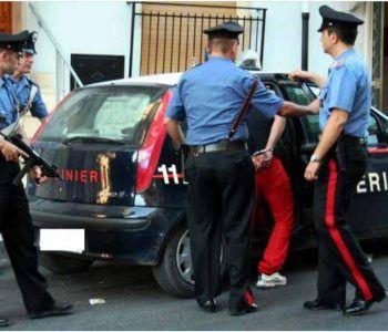 Giostraio 62enne prende a sassate la volante dei Carabinieri. Arrestato