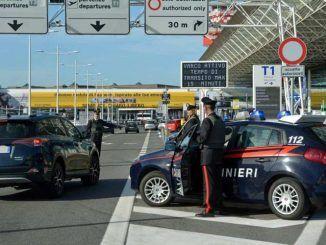 controlli dei carabinieri presso gli aeroporti