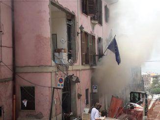 anziana guarda casa andata in fiamme