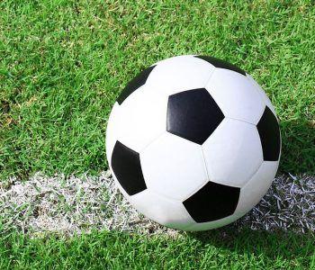 pallone da calcio su campo sportivo